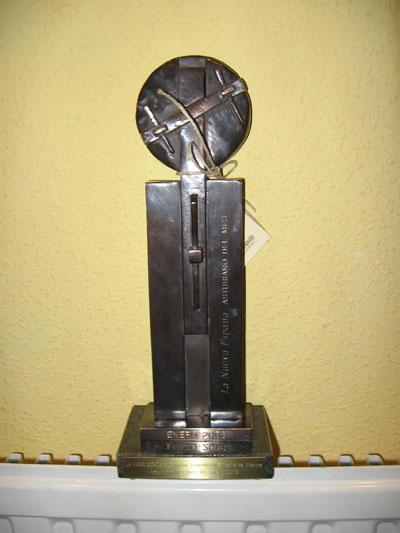 """Estatuilla en reconocimiento a la Unidad Terapeutica como """"Asturiano del mes"""" de enero 2008"""